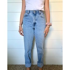 Levi High Rise Mom Jeans Relaxed fit Tapered Leg